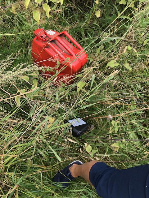 Här är en av dunkarna som stals från Sätravallen, intill den en mindre flaska olja. Foto: Lotta Eriksson.