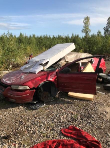 Söderhamns kommun städar under veckan på ett tiotal lägerplatser. Det ska handla om ett 40-tal bilar som dumpats i skogen. Foto: Söderhamns kommun.