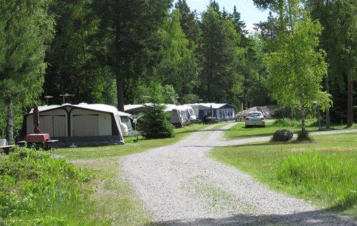 På campingen finns drygt 60 platser för husvagnar samt tre stugor och 20 tältplatser. Foto: Upplandsstiftelsen.