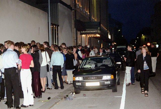 23 juli 2000: CH Sommardisco. Lång kö. En kö på upp till 30 meter avskräcker inte folk från att gå på CH:s sommardisco. Bild: Håkan Durmér.