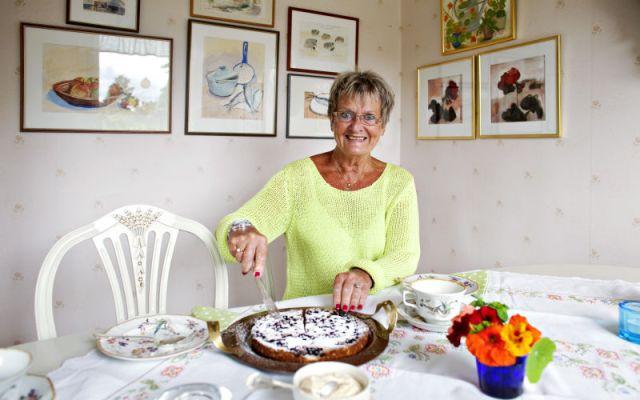 """1 augusti 2012: Gävles mest kända hovmästarinna, Inger Dolk från anrika Skeppet, firar sitt 70:e år med resor tillbaka i tiden. Bland annat har hon återbesökt restaurangen på Svenska klubben i Paris där hon jobbade 46 år tidigare. """"Spisen var ny, annars kände jag igen mig"""", berättar Inger.Gävles mest kända hovmästarinna, Inger Dolk från anrika Skeppet, firar sitt 70:e år med resor tillbaka i tiden. Bland annat har hon återbesökt restaurangen på Svenska klubben i Paris där hon jobbade 46 år tidigare. """"Spisen var ny, annars kände jag igen mig"""", berättar Inger. Bild: Stefan Estassy."""