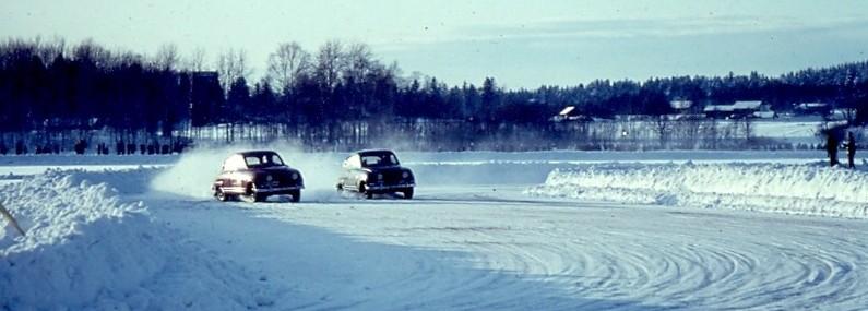 Två Saab Sport i bredd bredsladdar med Sandviksdubbade däck på isbana i Hofors