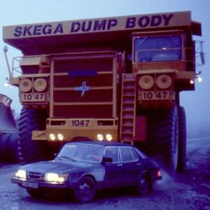 """Bergtruck bakom Saab. Illustrerar viktsförhållandet mellan modern, lätt """"miljöbil"""" och lastad långtradare."""