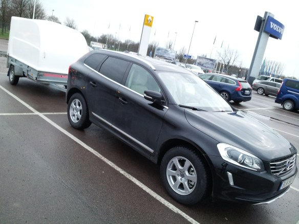 Volvo XC60 2015 med Haldex fyrhjulsdrift (AWD), ESC, TSA, Nokian Hakka 8 dubbdäck och släpvagn för totalvikt 1 ton . Parkerad utanför Rejmes i Linköping efter byte från hjul med sommardäck.