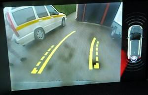Parkeringshjälpkamerans bildskärm med CTA-varning från vänster