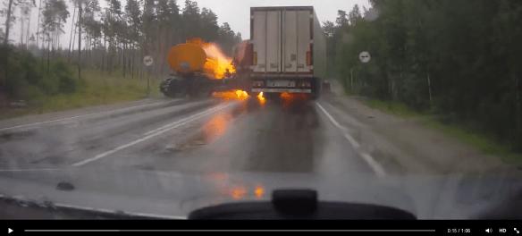 Brand vid tankekipage som vikt ihop sig krockat med mötande lastbil framför bilen som videofilmat med dashcam.