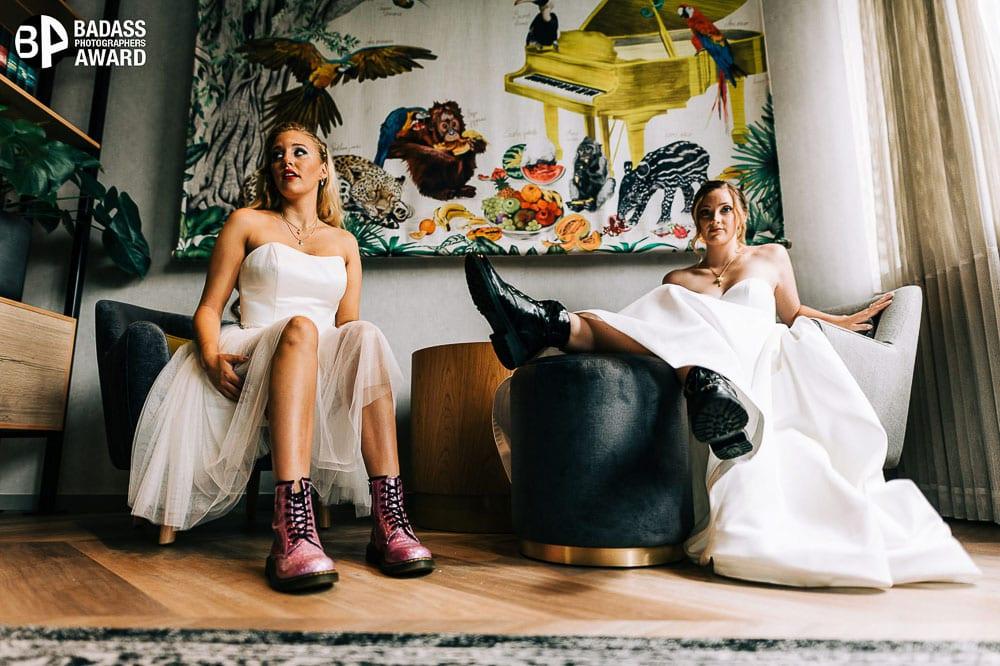 Zwei Bräute sitzen in einem Vorraum eines Hotels. Gewinnerbild Badass Award.