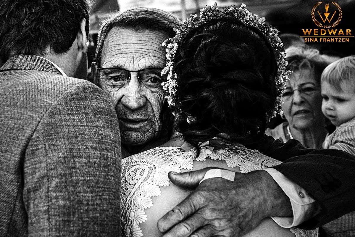 Emotionale Gratulation eines Brautpaares durch den Großvater. . Gewinnerbild Wedwar Awards C14 als Hochzeitsfotografin Remscheid