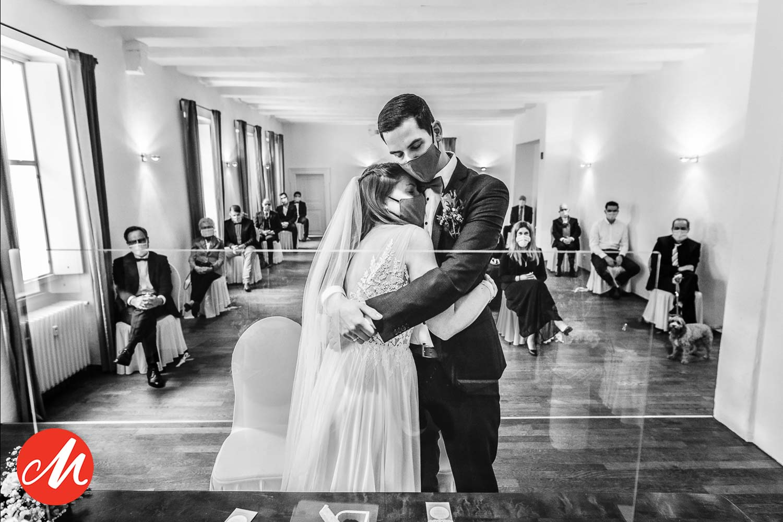 Brautpaar umarmt sich während der Trauung in der Pandemiezeit. Gewinnerbild Master of Wedding Awards als Hochzeitsfotografin Remscheid.