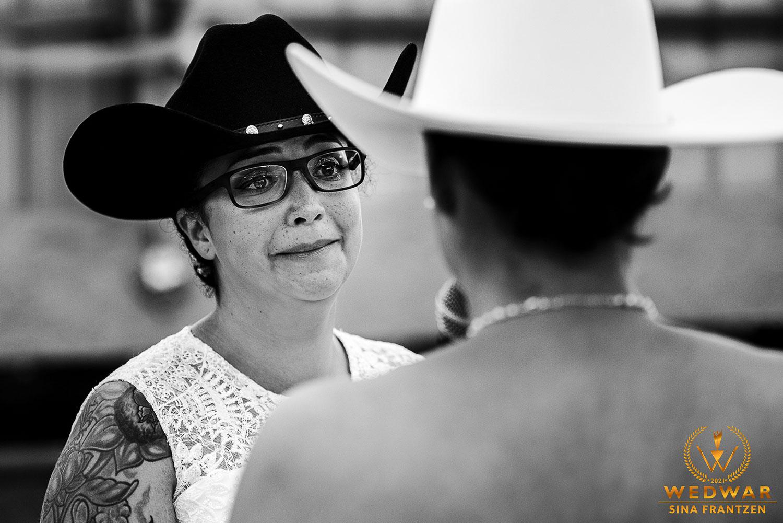 Emotionale Braut bei der freien Trauung- Gewinnerbild Wedwar Awards C17 als Hochzeitsfotografin Remscheid