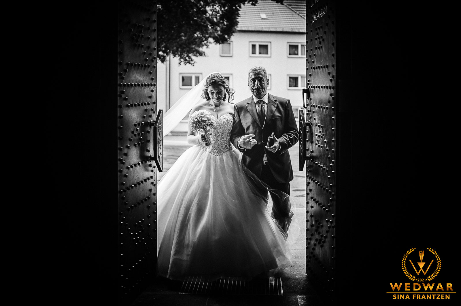 Einzug der Braut im Prinzessinnenkleid mit ihrem Vater in de Kirche - Gewinnerbild Wedwar WAC-18