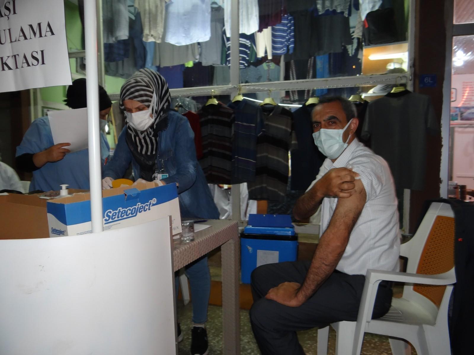 Çarşı merkezinde kurulan mobil aşı istasyonunda aşı yoğunluğu