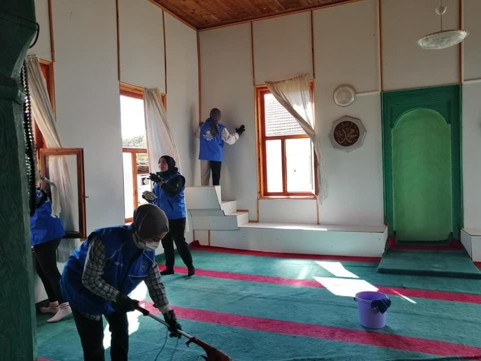 Gönüllü gençler cami temizliği yaptı
