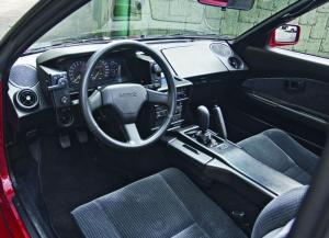 Et slidstærkt og praktisk interiør. Når speedometret har angivelse i både km/t og mph, har man selvfølgelig fat i et importeret US-eksemplar