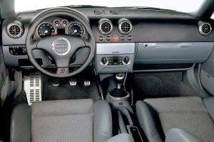 Et kvalitets-interiør! Bemærk de runde ventilationsdyser med alu-kant, som dannede skole for mange efterfølgende biler.