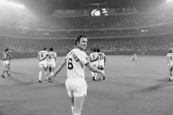 (sağdan sola) Chinaglia - Carlos Alberto - Beckanbauer - Field - Pele