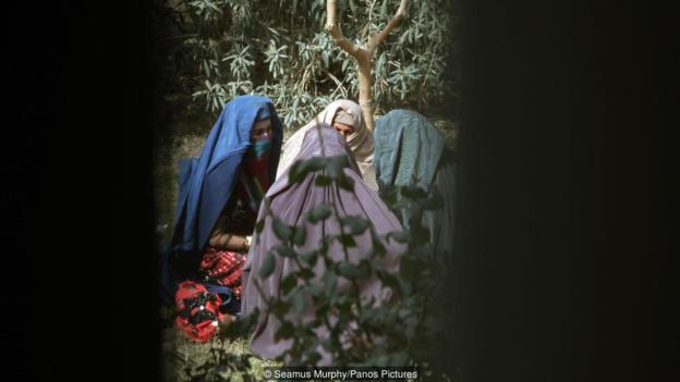 Eliza Gırisvold (Eliza Griswold) 2012'de Gereşk'te gizlice şiir yazan bir kadınla tanışmıştır. (kaynak: Simus Morfi [Seamus Murphy/Panos Fotoğrafçılık])