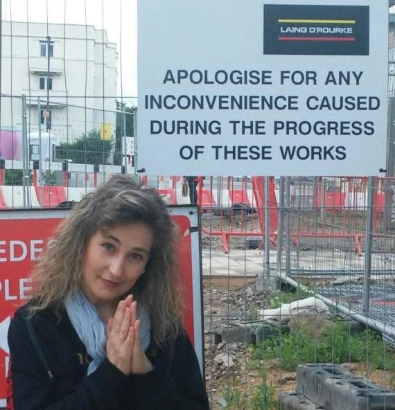 Cartel en inglés de disculpas por obras en Wood Lane
