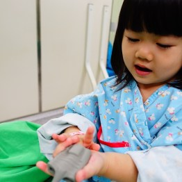 我陪著鰻魚在手術室內,她坐在手術台上,整個融入我和醫護人員編織的睡美人比賽情境中。因此鰻魚一直都笑嘻嘻的,沒有不安的情緒,很順利地維持睡前的情緒穩定與安全感。