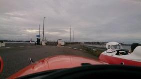 Venter på færgen i Egense