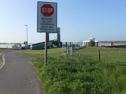 Venter på færgen ved Glückstadt