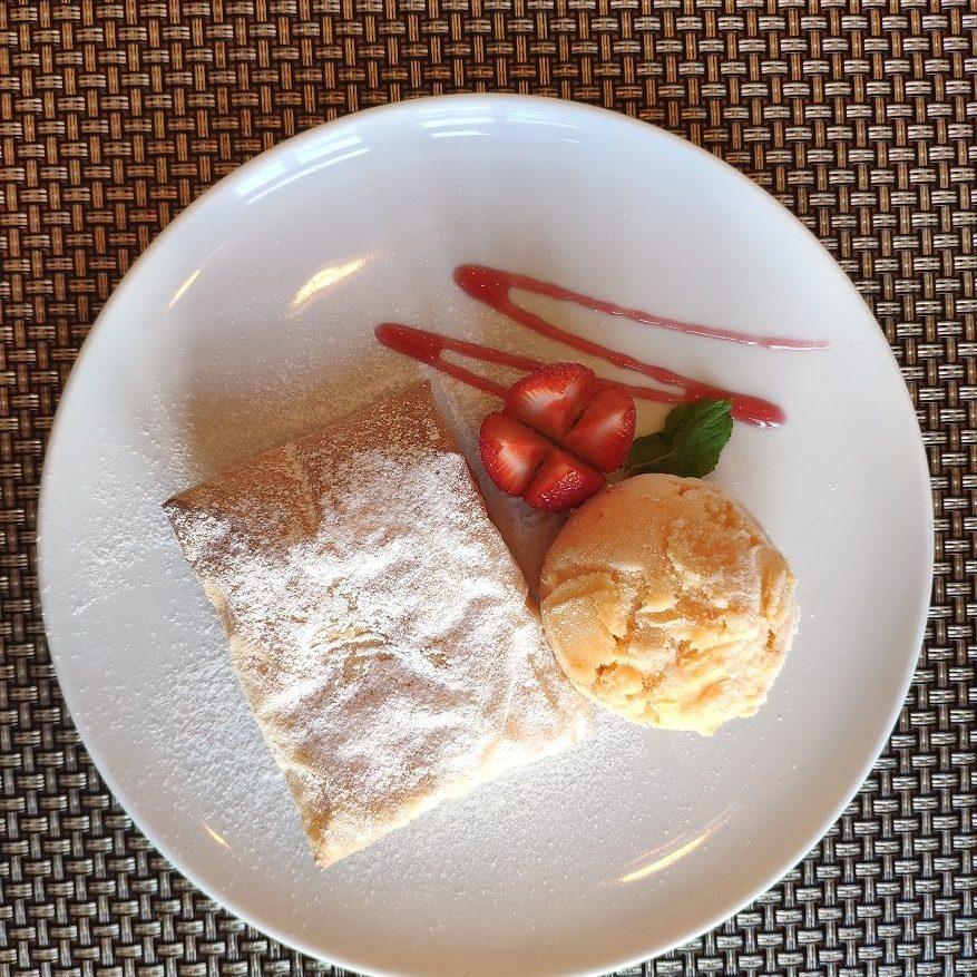 Pasta filo rellena de crema de leche con helado de mandarina. Postre en Casa Amarela