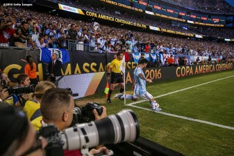 FOXBORO, MASSACHUSETTS - JUNE 18: Lionel Messi of Argentina executes a corner kick during a Quarterfinal match between Argentina and Venezuela at Gillette Stadium as part of Copa America Centenario US 2016 on June 18, 2016 in Foxboro, Massachusetts, US. (Photo by Billie Weiss/LatinContent/Getty Images)