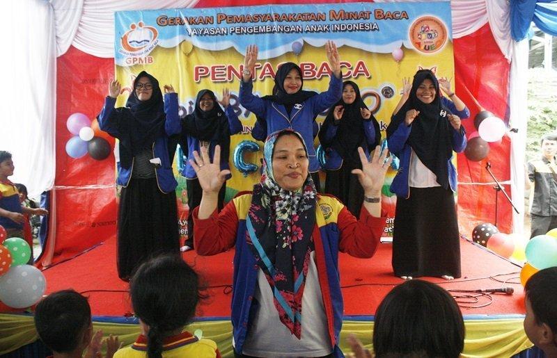 Menari bersama ibu guru biMBA