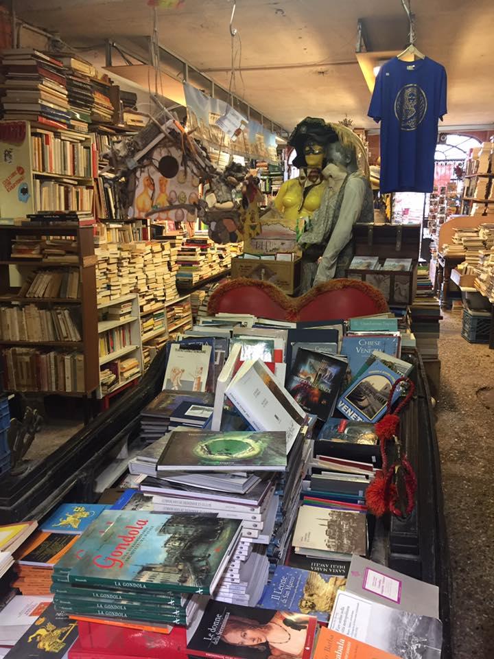 La gondola di libri nella libreria Acqua Alta a Venezia
