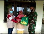 TNI dan Puji Center Bagi  Parsel Ramadhan untuk  Kaum Dhuafa