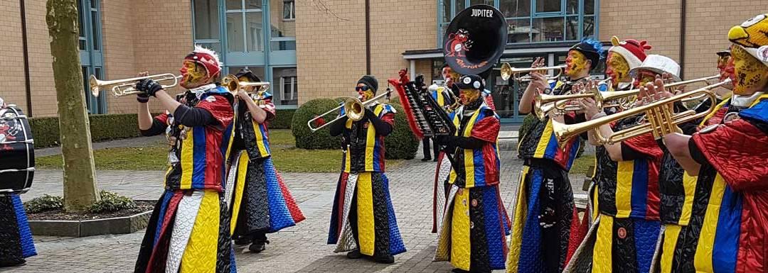"""Die Tägerwiler Guggenmusik """"Rhytüfeli"""" im Bindersgarten"""