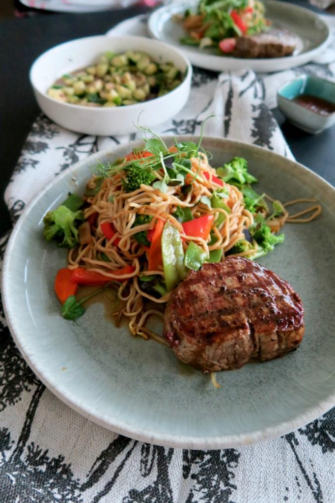 Filetsteak mit gebratenen Asianudeln & Wokgemüse