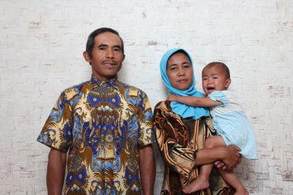 Pak Encep beserta istri dan cucu