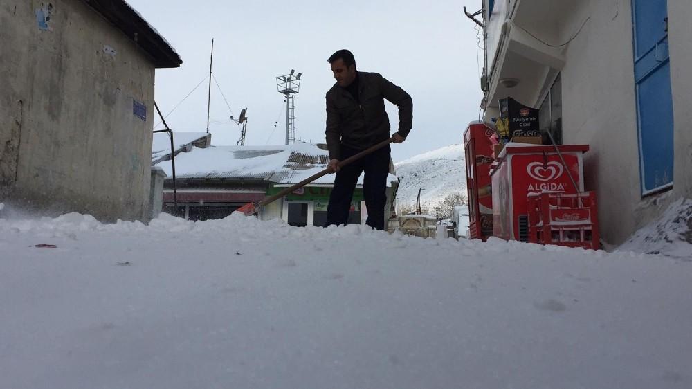 Karlıova'da bahar havası yerini kar yağışına bıraktı
