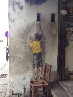 Junge auf dem Stuhl in George Town