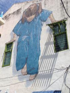 Kind auf Fenstern in George Town