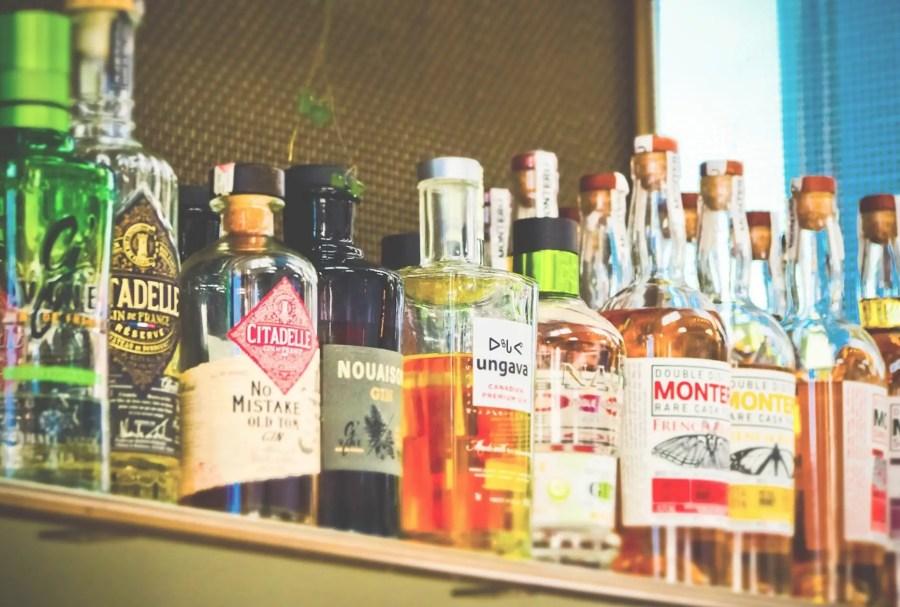 Alkohol Flaschen: Wichtige Zutaten in einer Cocktail-Bar