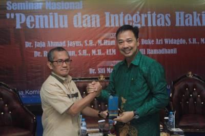 Keterangan foto: dari kiri Ketua KY RI, Jaja Ahmad Jayus berjabat jangan dengan rektor Unitomo Bachrul Amiq