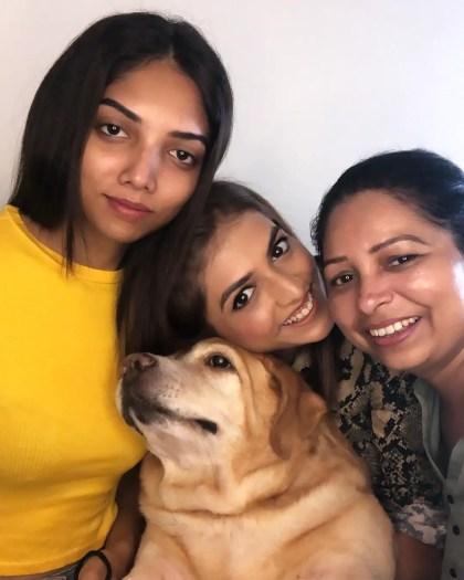 Shruti Sinha family, mom, sister