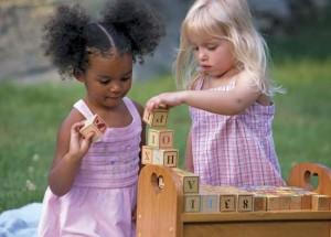 Aplikasikan cara menjaga mainan anak agar selalu higienis.
