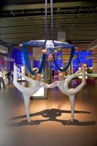 Des danseuses faisant des figures du genre double hélice lors de la conférence de presse de lancement de l'Encyclopédie ENCODE. Image : Nature.