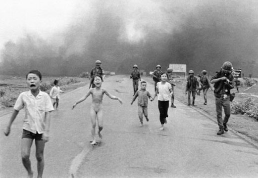 A foto da garota Kim Phuc, nua, fugindo de seu povoado que estava sofrendo um bombardeio de napalm (agente laranja). O fotógrafo Nick Ut ganhou o Prêmio Pulitzer com essa imagem.