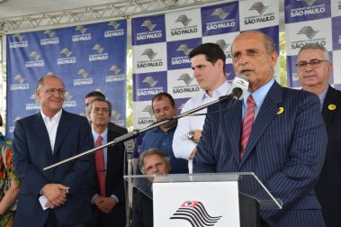 Prefeito Omar Najar discursa durante inauguração do IML/IC ao lado de Cauê Macris, Vanderlei Macris e Geraldo Alckmin Crédito: colanagrade.com.br