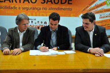 Vanderlei Macris, ex-prefeito (cassado) Diego De Nadai e Cauê Macris, todos do PSDB, durante assinatura do convênio para construção do IML/IC. Crédito: walterbartels.com