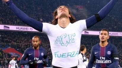 Atacante Cavani, do PSG, mostra sua homenagem após marcar seu 100º gol pela equipe.