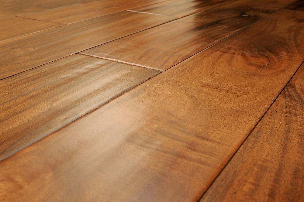 1.431 Nettoyer une tache de boue sur du bois ciré.jpg