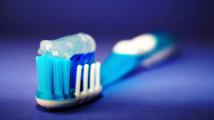 czyszczenie zębów samą szczoteczką usuwa 55% płytki nazębnej, będącej przyczyna próchnicy, a mycie z pasta tylko 48%