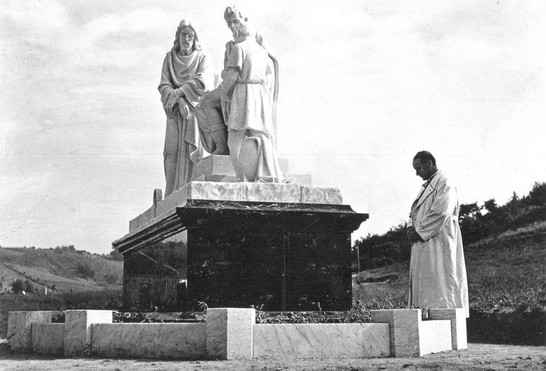Nadbiskup pred prvom postajom Križnoga puta u Mariji Bistrici 1943.