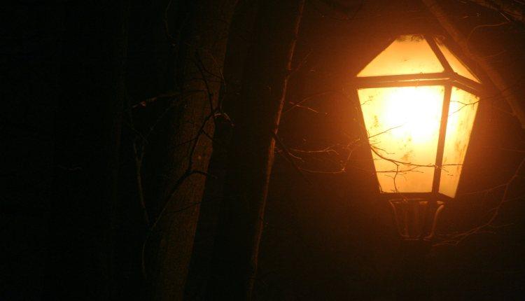 """Tek ulična svjetiljka obasjava moj put u mraku tvrdoće ljudskih srdaca... Ulična svjetiljka - istoimeni časopis prodaju beskućnici na našim ulicama. Mnogi si tako zarađuju svoj često jedini obrok u danu. Sretnete li kad beskućnika s Uličnom svjetiljkom, kupite je. Trebat će vam. Svima nam treba, unatoč našim sigurnostima """"danjega svjetla"""". I beskućnici su se nekad pouzdavali u njega... Foto, Dražen Zetić."""
