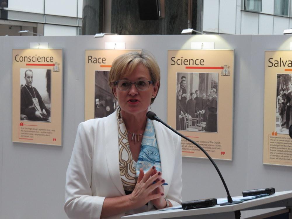 Izložbu je otvorila potpredsjednica Europskog parlamenta zastupnica Mairead McGuinness.